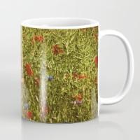 sommerfeld-mit-roten-und-blauen-blumen-mugs